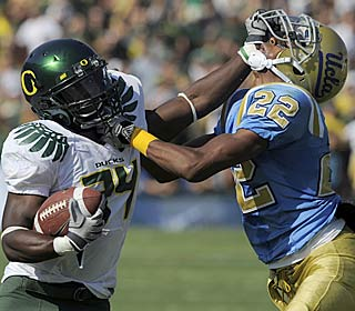 Kenjon Barner adds 50 yards rushing to his electrifying 100-yard kickoff return.  (AP)