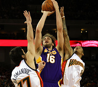 The Warriors can't stop Pau Gasol, who scores 22 points as the Lakers roll to another win.  (Getty Images)