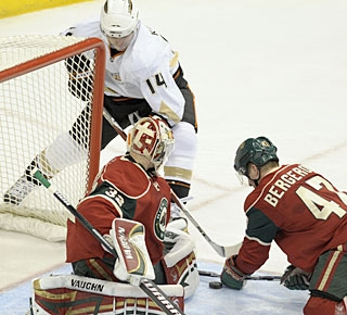 Chris Kunitz (14) looks for the rebound, but Niklas Backstrom will not be beaten in this game. (AP)