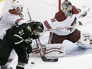 Ilya Bryzgalov makes Phoenix's lone goal stand to end a six-game losing streak for the Coyotes. (AP)