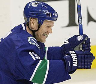 Mats Sundin gets two assists to help the Canucks win for the 10th time in 12 games.  (AP)