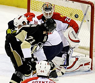 Evgeni Malkin backhands a shot over Florida's Tomas Vokoun to give Pittsburgh a brief 1-0 lead.  (AP)
