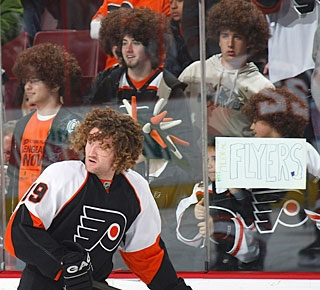 The first 5,000 youngsters receive Scott Hartnell wigs as a tribute to the popular No. 19. (Getty Images)