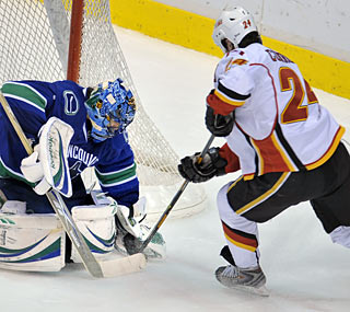 Vancouver's Roberto Luongo makes sure the Flames can't clinch the Northwest Division.  (Getty Images)