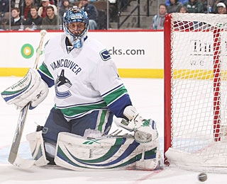 Roberto Luongo closes the regular season with two consecutive 1-0 shutouts. (Getty Images)