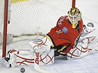 Former Colorado College star Curtis McElhinney records his first career win in the big league. (AP)