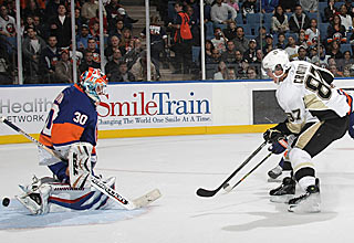 Crosby sets the tone early by scoring a first-period goal against the Islanders.  (Getty Images)