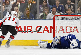 Jonas Gustavsson is beaten by countryman Daniel Alfredsson despite a maximum stretch. (Getty Images)