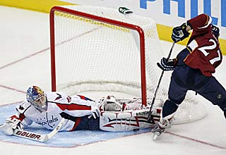 Semyon Varlamov stretches out to make a kick save during a 5-4 win over Atlanta.  (AP)