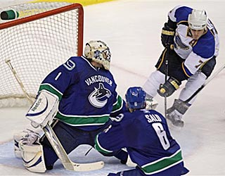 Keith Tkachuk scores on Vancouver's Roberto Luongo to push St. Louis' lead to 3-1 in the second period.  (AP)