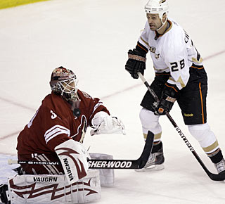 Ilya Bryzgalov stops 21 shots to help the Coyotes win for the eighth straight time at home. (AP)