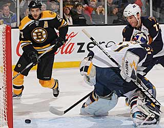 Patrice Bergeron eyes a puck that gets behind Thrashers goalie Ondrej Pavelec. (Getty Images)