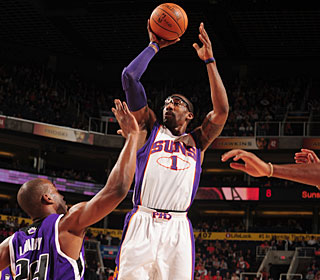 Amar'e Stoudemire continues his strong play, racking up 19 points and 14 rebounds.  (Getty Images)