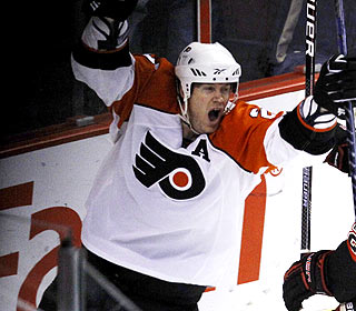 Chris Pronger is the hero for the Flyers after scoring the go-ahead goal with 2.1 seconds left. (AP)
