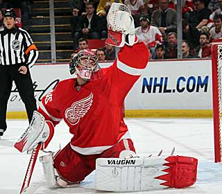 Jimmy Howard makes 26 saves, helping Detroit tighten its grip on the playoff race. (Getty Images)