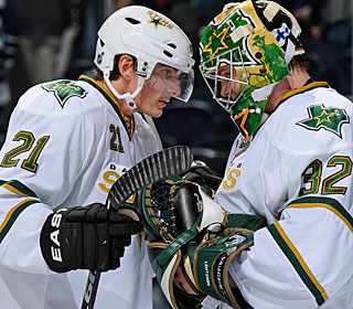 Loui Eriksson, who scores a goal, congratulates Kari Lehtonen for his effort in net. (Getty Images)