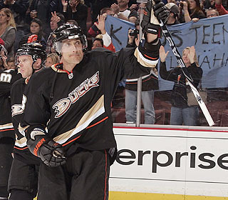 Will Teemu Selanne return? The Ducks fans in Anaheim try to convince him with their cheers. (Getty Images)