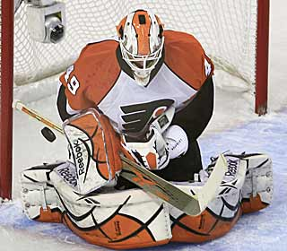 Despite coming in cold, Michael Leighton still manages to push aside all 14 shots he sees. (AP)