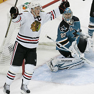 Jonathan Toews' power-play goal proves to be the winner and gives him points in 11 straight games. (AP)